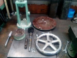 分解し、各部品の清掃と追加工必要と判断。