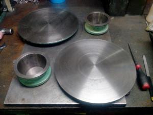 テーブルとフローコーンはペーパー加工をほどこし、サビを徹底除去。