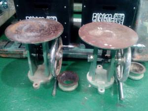 【受入れ時の状態】 モルタルフローテーブル全体的にコンクリート汚れ確認。 テーブル上面、フローコーンの内周面にも錆びが発生。 テーブルスライド軸のローラーとハンドルグリップに回転不良。